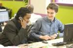 jovenes financieros en un broker online